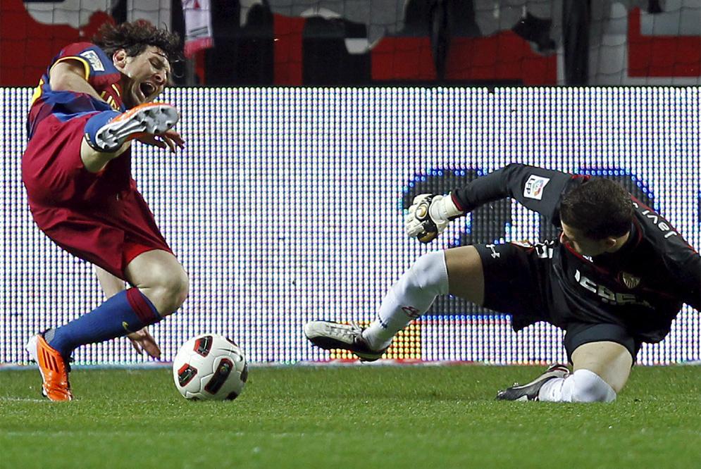 Messi cae al suelo tras un choque fortuito